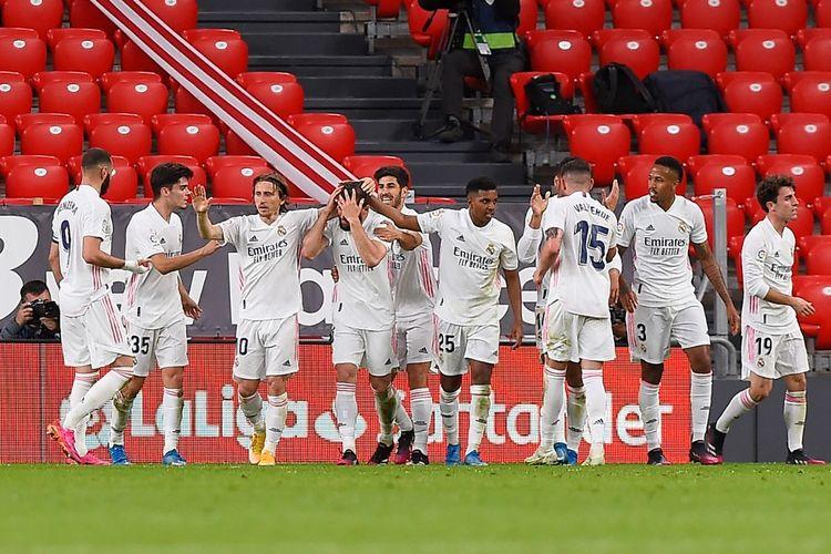 Para pemain Real Madrid merayakan gol Nacho Fernandez ke gawang Athletic Bilbao pada laga pekan ke-37 Liga Spanyol 2020-2021 di Stadion San Mames, 16 Mei 2021.