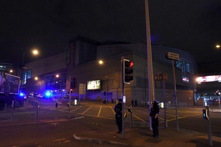 Polisi berjaga lokasi ledakan di Manchester Arena, tempat Ariana Grande menggelar konser, Selasa (23/5/2017) dini hari.
