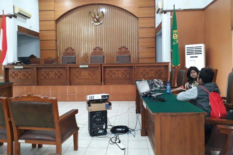 Komisi Pemberantasan Korupsi menyiapkan peralatan untuk menampilkan tayangan video live streaming di sidang lanjutan praperadilan Ketua nonaktif DPR Setya Novanto. Rabu (13/12/2017)