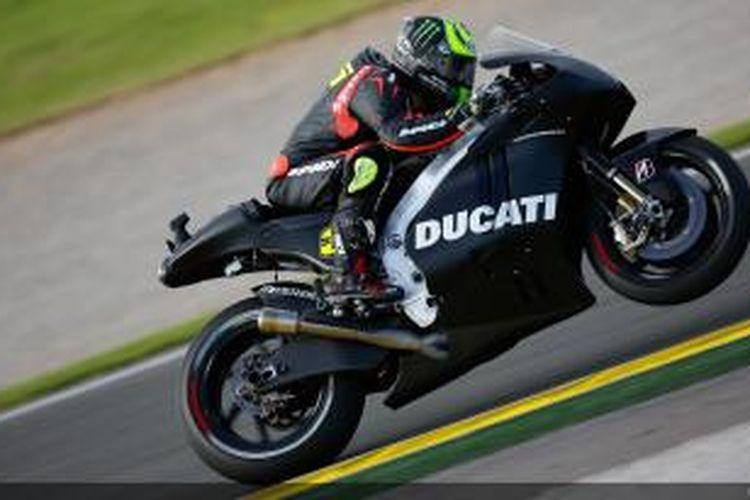 Pebalap Ducati asal Inggris, Cal Crutchlow menunggangi Desmosedici pada sesi uji coba di Sirkuit Valencia, Senin (11/11/2013).