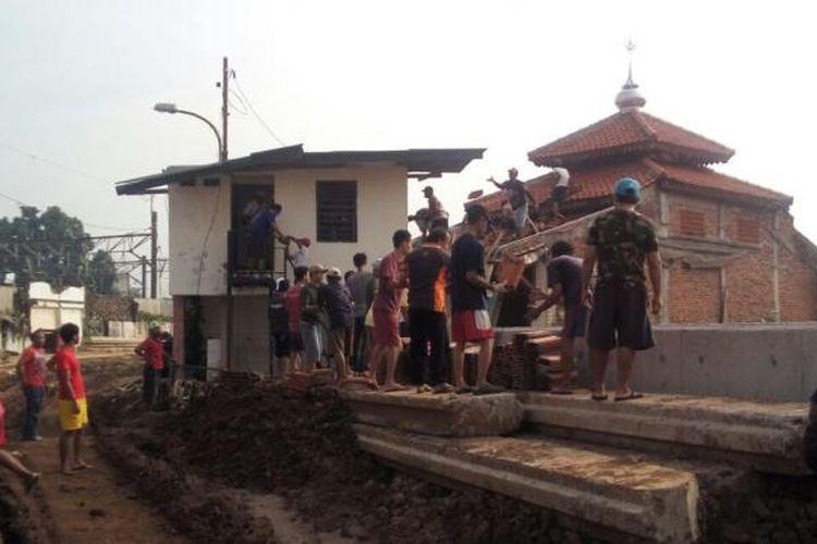 Mushala As-Saadah di RT 06 RW 12 Bukit Duri, Tebet, Jakarta Selatan dibongkar oleh sekitar 30 warga, Minggu (26/2/2017) pagi.