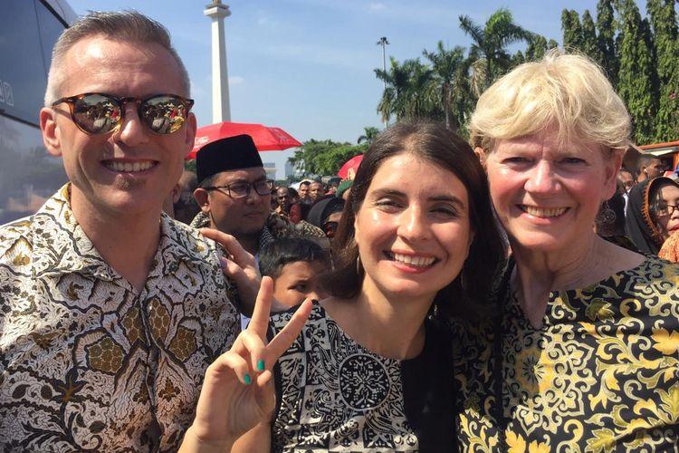 Tiga warga asing ikut mengantre acara open house Jokowi di kawasan Monas.