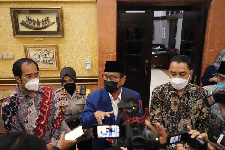 Pembina Ikama Achmad Zaini memberikan keterangan pers bersama Wali Kota Surabaya Eri Cahyadi usai audiensi di Balai Kota Surabaya, Senin (14/6/2021).