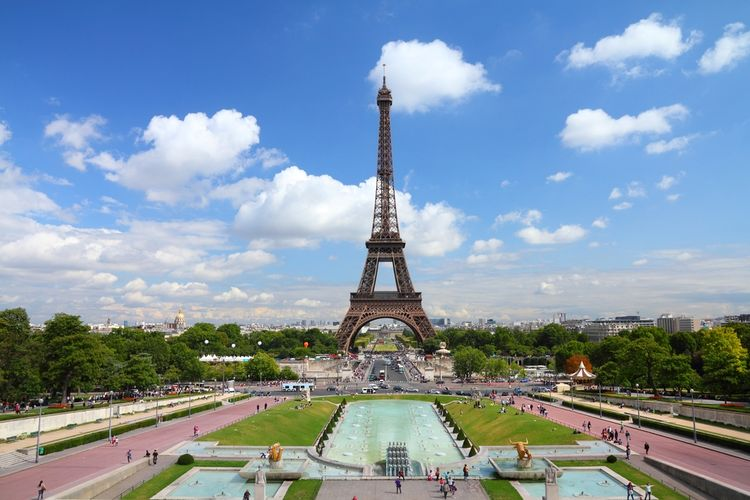 Taman Trocadero  berlatar Menara Eiffel