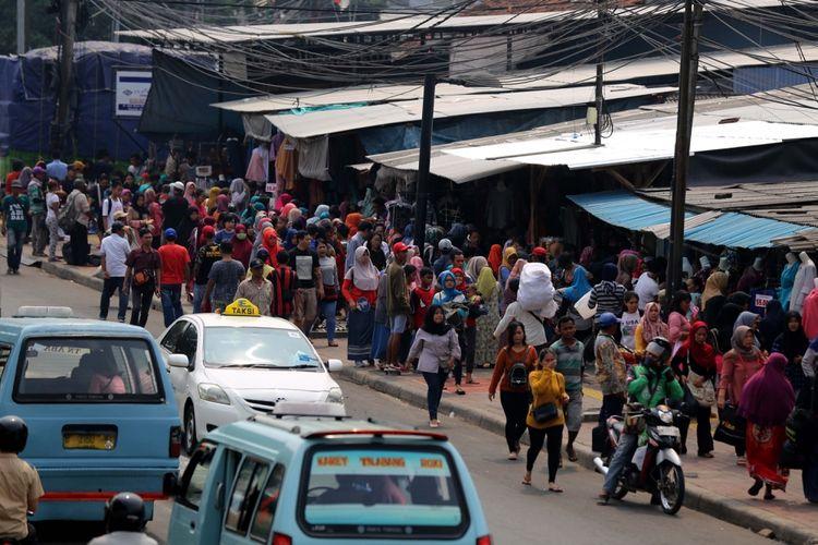 Suasana pedagang kaki lima (PKL) berjualan di sepanjang trotoar di Kawasan Pasar Tanah Abang, Jakarta, Rabu (17/5/2017). Satpol PP mulai melakukan penertiban setiap hari menyusul mulai banyaknya pedagang kaki lima (PKL) yang berjualan di trotoar dan jalan kawasan Pasar Tanah Abang.