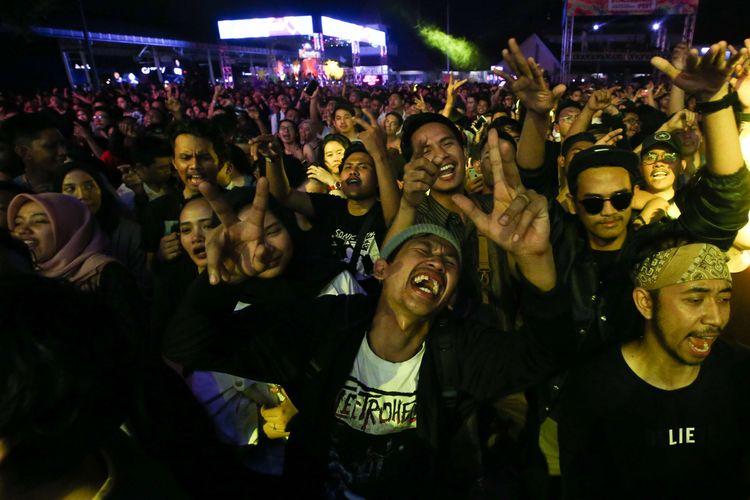 Sobat ambyar berjoget saat penyanyi Didi Kempot tampil di hari pertama Synchronize Festival 2019 di JI Expo Kemayoran, Jakarta, Jumat (4/10/2019).
