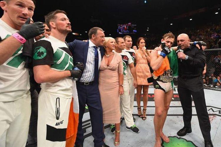 Conor McGregor bersama orang tua dan timnya.