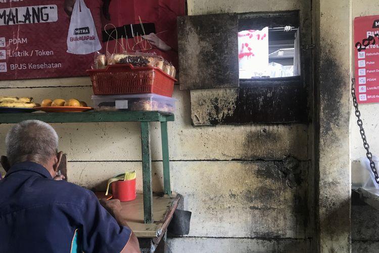 Suasana dibalik tembok Warung Pemalang, milik Damiah (59)  yang sempat viral di sosial media. Jumat ( 8/2/2019).