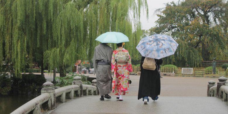 Pengunjung taman di Kota Kyoto, Jepang, Minggu (15/10/2017).