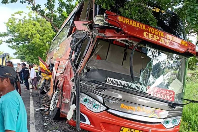 Inilah kondisi bus jurusan Surabaya-Yogya yang ringsek bagian body depannya usai ditabrak truk pengangkut gas di ruas jalan nasional Surabaya-Madiun diDesa Jerukgulung, Kecamatan Balerjo, Kabupaten Madiun, Rabu (12/2/2020).