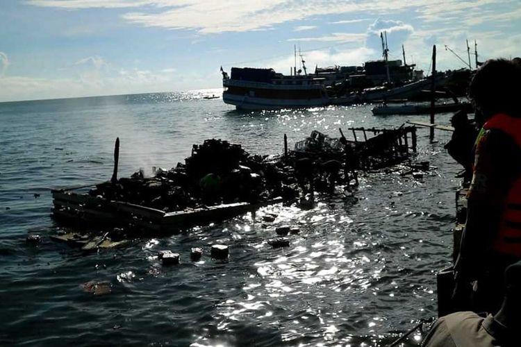 KM Mega Surya terbakar di Pelabuhan Bajoe, Kabupaten Bone, Sulawesi Selatan. Jumat, (25/6/2021)