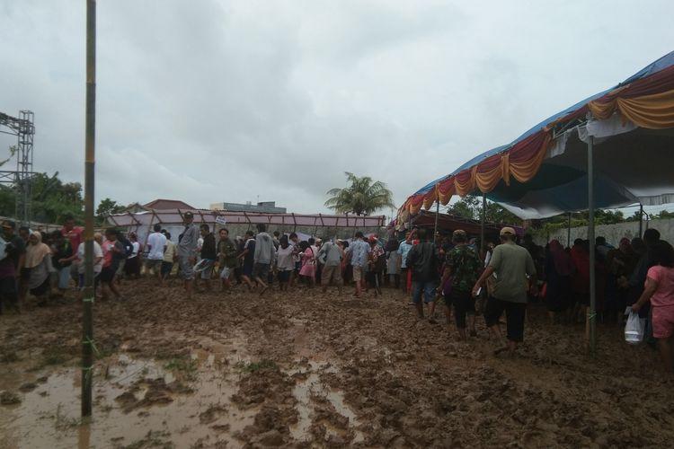 Warga Desa Rengasdengklok Utara, Kecamatan Rengasdengklok, Kabupaten Karawang tetap menyalurkan hak pilih dalam pilkades, Minggu (23/2/2020) meski kondisi TPS  becek dan rumahnya tengah dilanda banjir.