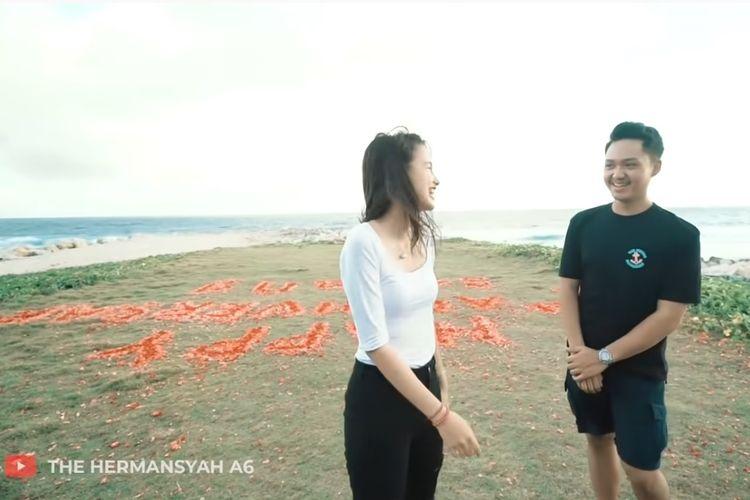 Sarah Menzel mendapat kejutan dari Azriel Hermansyah untuk perayaan ulang tahun pertama hari jadi mereka.