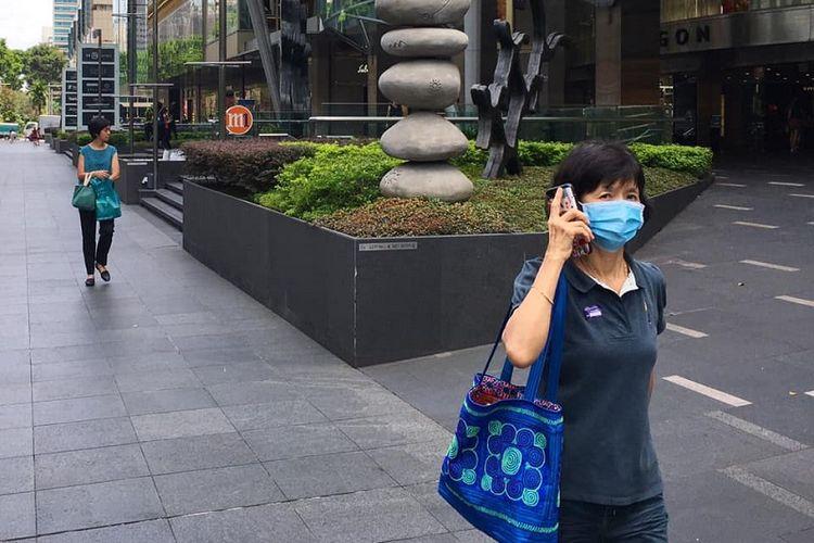 Orchard Road terlihat lengang, Sabtu siang (28/3/2020) setelah pemerintah Singapura menerapkan regulasi pembatasan berkumpul maksimal 10 orang, dan social distancing untuk melawan pandemi virus corona. Negeri Singa juga mengimbau warganya agar berdiam diri di rumah atau stay home dengan menghindari bepergian keluar untuk hal yang tidak darurat.