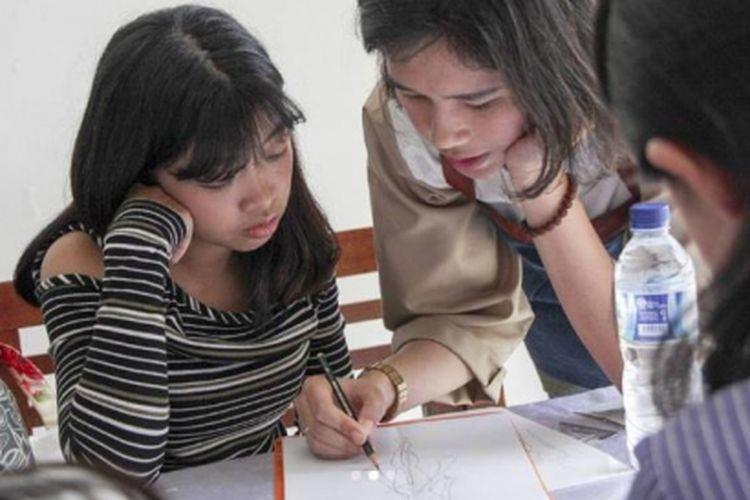 Belajar membuat ilustrasi fashion melalui workshop di akhir pekan.