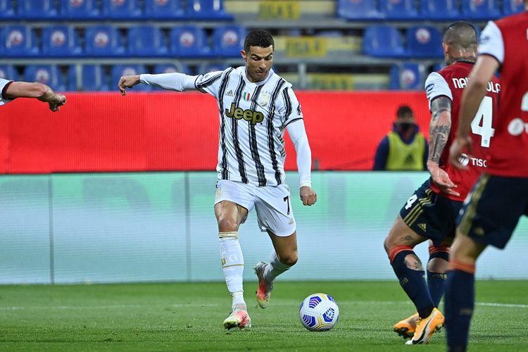 Penyerang Juventus Cristiano Ronaldo melakukan tendangan saat mencetak gol ketiganya dalam pertandingan Serie A Liga Italia Cagliari vs Juventus pada 14 Maret 2021 di Sardegna Arena di Cagliari.