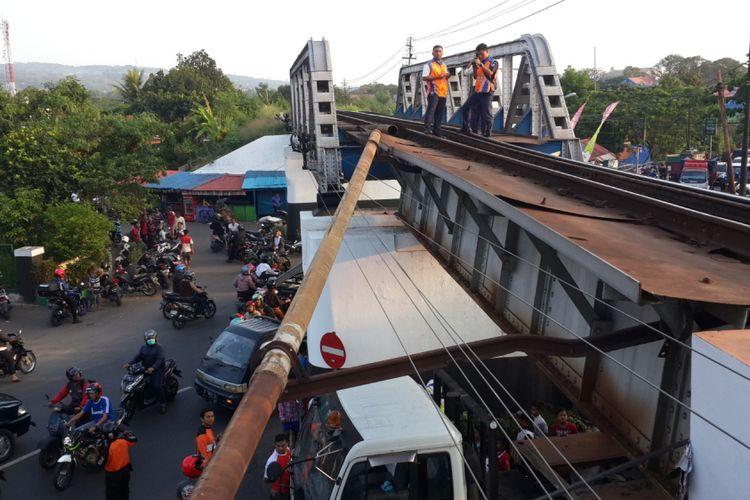 Kondisi rel yang anjlok di atas Jalan Embong Malang, Kota Malang akibat ditabrak truk kontainer, Senin (30/10/2017)
