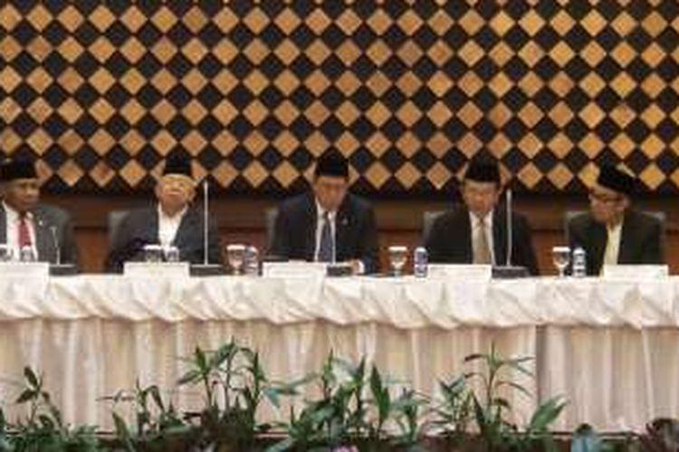 Menteri Agama Lukman Hakim Saifuddin (tengah) saat memimpin sidang isbat untuk menentukan 1 Syawal atau Idul Fitri 1347 Hijriah di Kementerian Agama, Jakarta, Senin (4/7/2016).