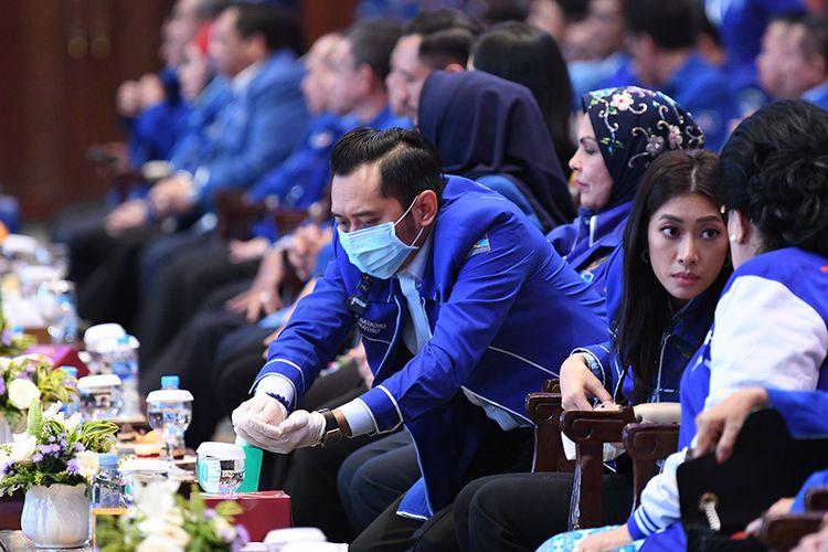 Ketua Fraksi Partai Demokrat DPR Edhie Baskoro Yudhoyono dengan menggunakan masker mencuci tangannya dengan disinfektan saat Kongres V Partai Demokrat di Jakarta, Minggu (15/3/2020). Dalam kongres tersebut, Agus Harimurti Yudhoyono terpilih secara aklamasi menjadi Ketua Umum Partai Demokrat periode 2020-2025 menggantikan Susilo Bambang Yudhoyono yang selanjutnya menjadi Ketua Majelis Tinggi Partai Demokrat.