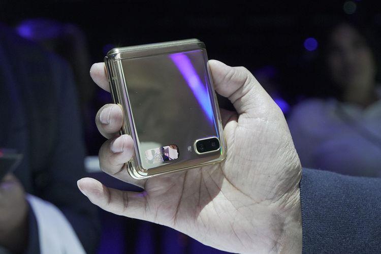 Layar mungil pada Samsung Galaxy Z Flip dapat digunakan untuk selfie.
