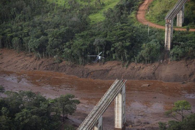 Bendungan milik perusahaan tambang raksasa Brazil Vale, dekat kota Brumadinho, Brasil, runtuh pada Jumat (25/1/2019). (AFP/Douglas Magno)