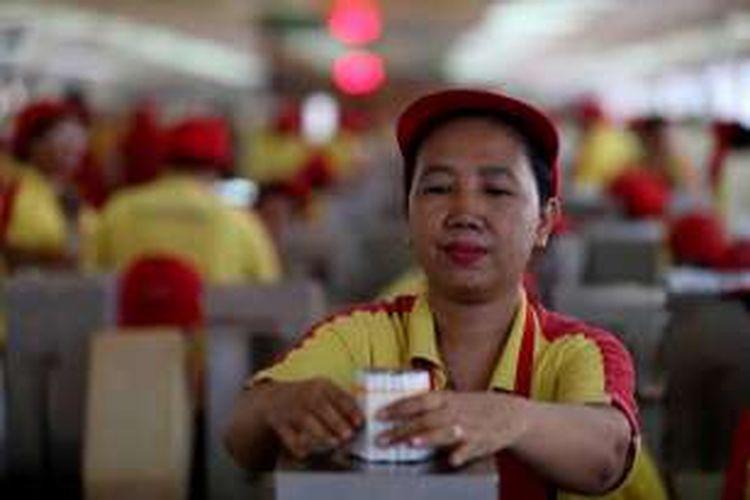 Aktivitas di pabrik sigaret kretek tangan (SKT) PT HM Sampoerna Tbk di Surabaya, Kamis (19/5/2016). Manajemen Sampoerna berhasil melaksanakan program keselamatan dan kesehatan kerja bagi sekitar 17.000 pekerja di lima pabrik sigaret kretek tangan (SKT), dengan jumlah jam kerja terbanyak tanpa kecelakaan selama 20 tahun (periode 1996-2016), yaitu 757 juta jam.