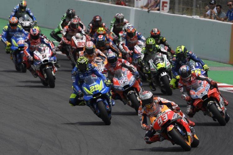 Para pebalap langsung melesat begitu bendera start dikibarkan pada balapan MotoGP Catalunya, 17 Juni 2018.