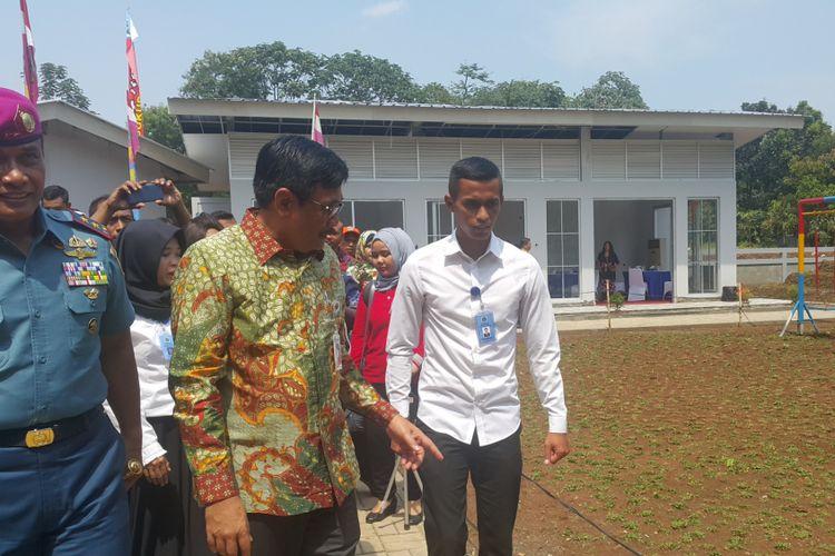 Gubernur DKI Jakarta Djarot Saiful Hidayat meninjau ruang publik terpadu ramah anak (RPTRA) KKO di Kompleks Marinir Cilandak, Pasar Minggu, Jakarta Selatan, yang dia resmikan sebelum masa jabatannya berakhir, Jumat (13/10/2017).