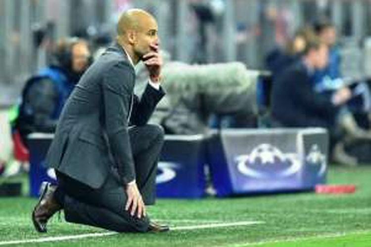 Ekspresi pelatih Bayern Muenchen, Josep Guardiola, saat menyaksikan permainan anak asuhnya pada pertandingan kedua semifinal Liga Champions melawan Atletico Madrid, Selasa (3/5/2016).