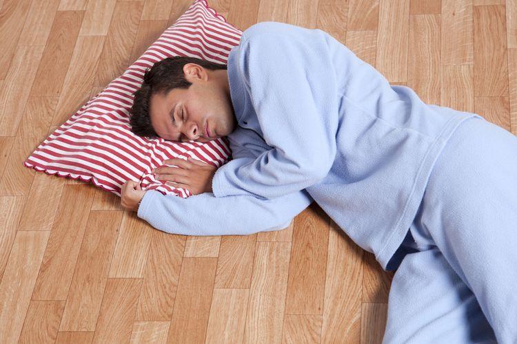 Ilustrasi tidur di lantai