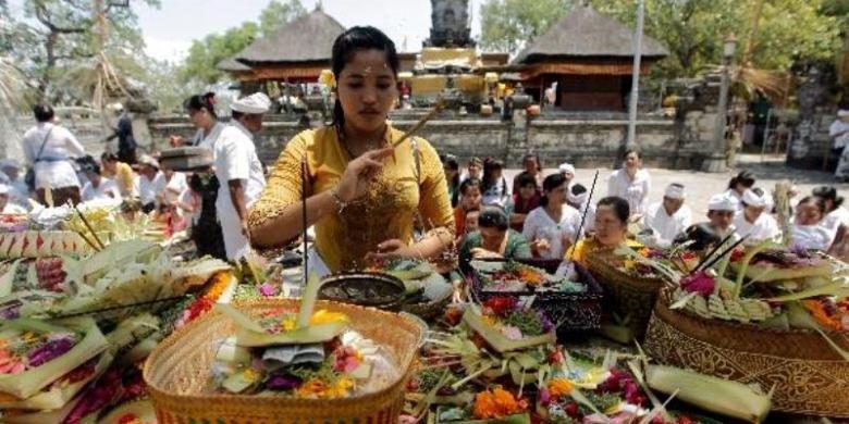 Umat Hindu Bali berdoa pada hari raya Kuningan di Pura Sakenan, Pulau Serangan, Denpasar, Bali, Sabtu (8/9/2012). Hari raya Kuningan menutup rangkaian hari raya Galungan yakni 10 hari sesudahnya. Kata kuningan sendiri memiliki makna ka-uningan yang artinya mencapai peningkatan spiritual dengan cara introspeksi agar terhindar dari mara bahaya.
