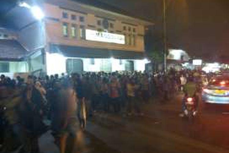 Kepadatan lalu lintas di depan Stasiun Manggarai, Rabu (6/4/2016) malam.