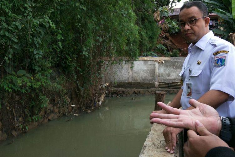Gubernur DKI Jakarta Anies Baswedan meninjau perbaikan tanggul Jatipadang yang jebol, Rabu (13/12/2017).