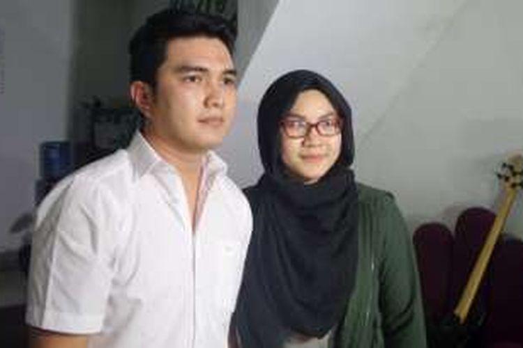 Aldi Taher didampingi istri saat jumpa pers di kediamannya di kawasan Cempaka Putih, Jakarta Pusat, Rabu (26/10/2016) malam.
