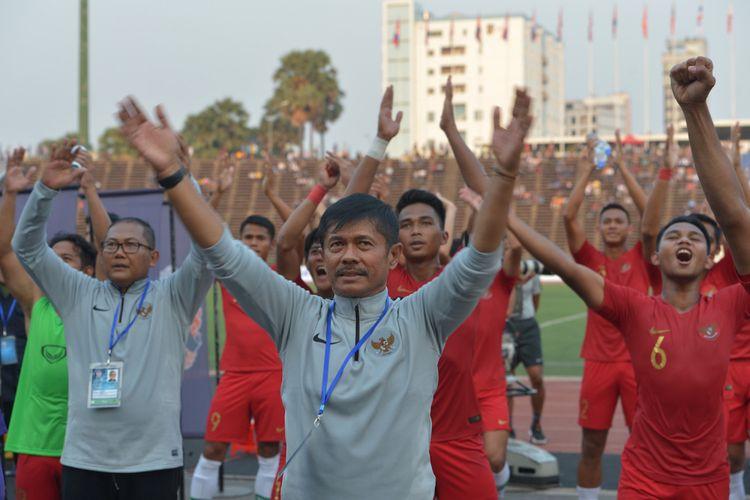 Pelatih Timnas U-22 Indra Sjafri (tengah) bersama tim ofisial Indonesia dan para pemain menyapa para pendukung Timnas Indonesia seusai pertandingan Semi Final Piala AFF U-22 melawan Vietnam di Stadion Nasional Olimpiade Phnom Penh, Kamboja, Minggu (24/2/2019). Timnas U-22 Indonesia berhasil memenangkan pertandingan dengan skor 1-0 sehingga melaju ke babak final. ANTARA FOTO/Nyoman Budhiana/aww.