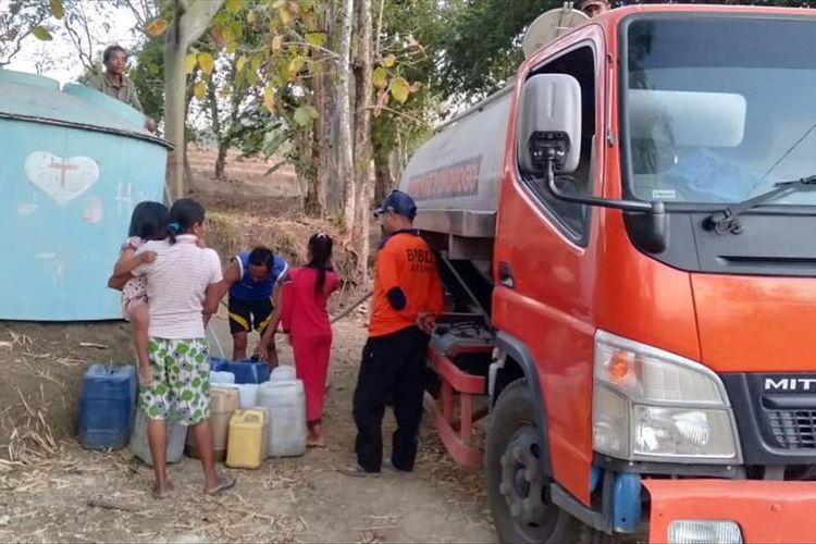 AIR BERSIH—Petugas Badan Penanggulangan Bencana Daerah Kabupaten Ponorogo memberikan bantuan air bersih bagi warga Dukuh Jenggring, Desa Duri, Kecamatan Slahung pekan lalu.