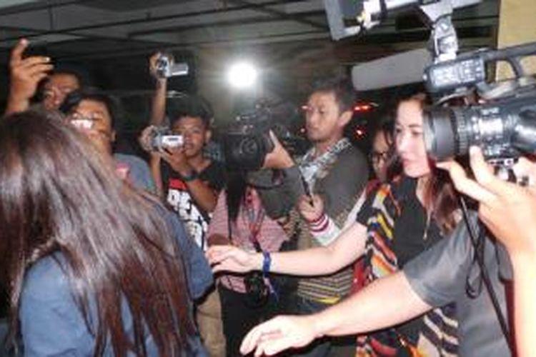 Vika Dewayani (membelakangi kamera), istri pengusaha Adiguna Sutowo melapor di Mapolres Metro Jakarta Timur terkait insiden perusakan tiga mobil miliknya yang ditabrak seorang perempuan, Sabtu (26/10/2013) dini hari.