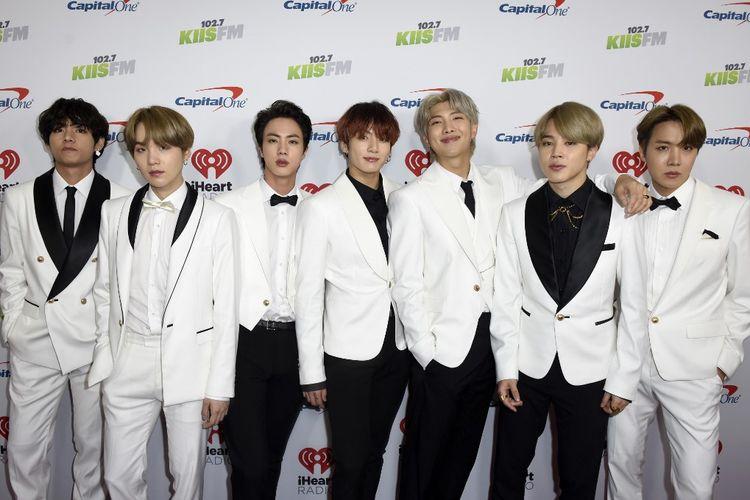 Para member BTS (dari kiri) V, Suga, Jin, Jungkook, RM, Jimin, dan J-Hope, menghadiri 02.7 KIIS FMs Jingle Ball 2019 yang digelar oleh Capital One di The Forum, Los Angeles, California, Jumat (6/12/2019).