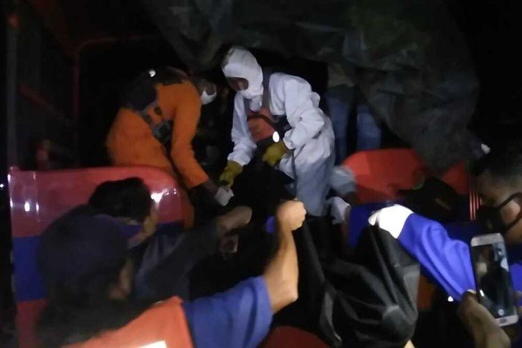 Jenazah Tegar (18) yang nekat melompat ke sungai Musi saat dievakuasi petugas SAR gabungan, Minggu (23/8/2020).