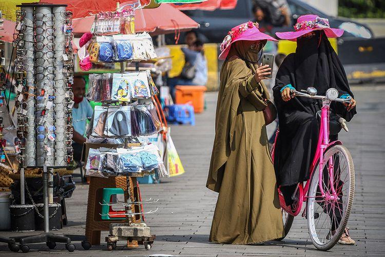 Pengunjung bermain sepeda di kawasan Kota Tua, Jakarta, Kamis (20/8/2020). Liburan Tahun Baru Islam 1442 H, dimanfaatkan warga Jakarta untuk berkunjung ke sejumlah tempat wisata termasuk kawasan Kota Tua.