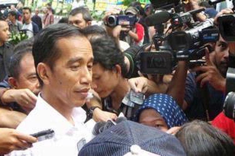 Gubernur DKI Jakarta Joko Widodo seusai melayat mendiang Taufik Kiemas, di Jalan Teuku Umar 27, Jakarta Pusat, Minggu (9/6/2013).