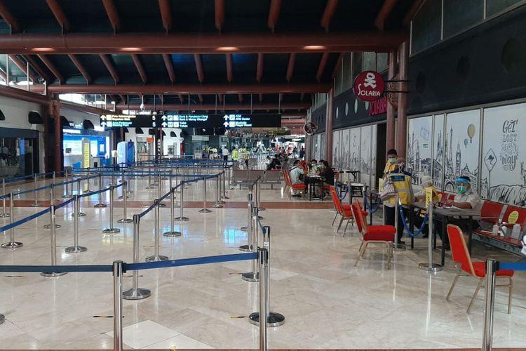 Kondisi sepi di posko pemeriksaan dokumen perjalanan yang terletak di Terminal 2 Bandara Internasional Soekarno-Hatta, Kamis (14/5/2020).