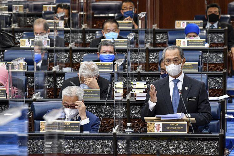 Foto dari Kementerian Informasi Malaysia menunjukkan Perdana Menteri Muhyiddin Yassin yang mengenakan masker, berbicara di sesi parlemen, Kuala Lumpur, Senin (26/7/2021). Parlemen Malaysia bersidang lagi setelah vakum tujuh bulan akibat pandemi Covid-19.