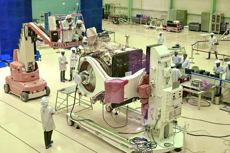 Para ilmuwan dari Organisasi Riset Luar Angkasa India (ISRO) sedang mengerjakan perangkat pengorbit dari pesawat luar angkasa Chandrayaan-2, yang akan digunakan dalam misi pendaratan ke Bulan pada 15 Juli mendatang.