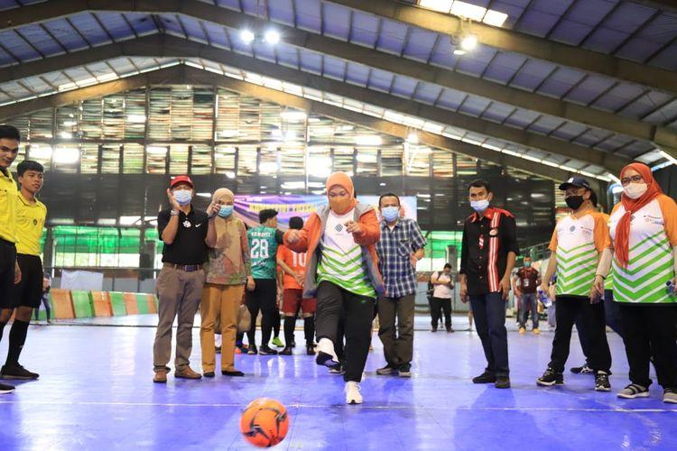 Menteri Ketenagakerjaan (Menaker) Ida Fauziyah saat melakukan kick off (tendangan bola pertama) di Lapangan Futsal Cilandak Sport Center, Jakarta Selatan, Minggu (13/6/2021). Aksi ini sekaligus menandai dibukanya Kompetisi Futsal Tripartit (KTF) 2021 yang diselenggarakan oleh Kementerian Ketenagakerjaan (Kemenaker).