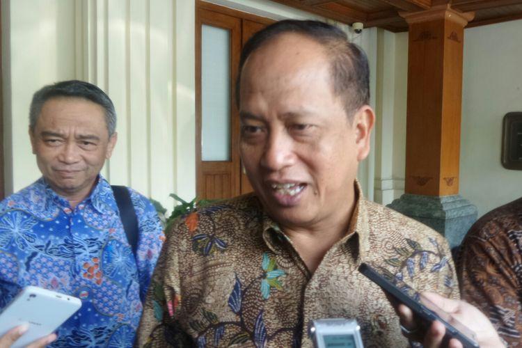 Menteri Riset, Teknologi, dan Perguruan Tinggi Mohamad Nasir saat ditemui di Kemenko Polhukam, Jakarta Pusat, Selasa (1/8/2017).