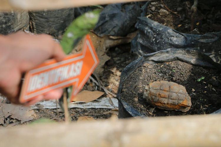 Polisi memeriksa granat yang ditemukan di Desa Kuwayuh, Kecamatan Pejagoan Kabupaten Kebumen, Jawa Tengah,