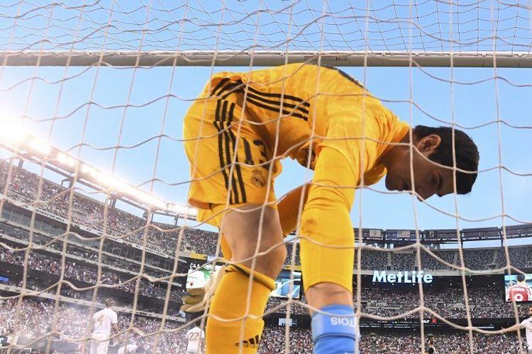 Thibaut Courtois memungut bola setelah dijebol oleh Diego Costa pada pertandingan Real Madrid vs Atletico Madrid dalam lanjutan ICC 2019 di New Jersey, 26 Juli 2019.