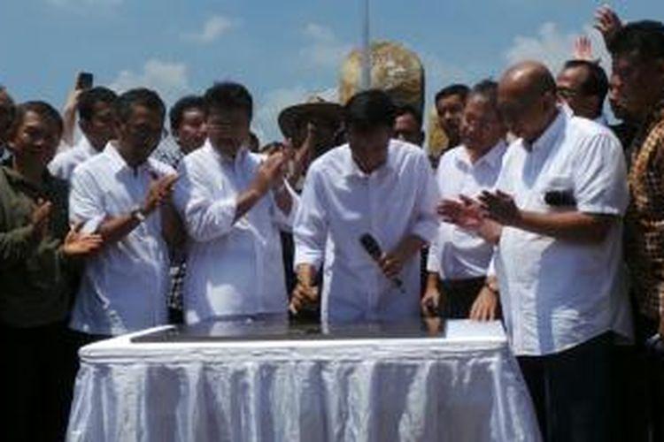 Gubernur DKI Jakarta Joko Widodo menandatangani prasasti peresmian Taman Waduk Pluit, Penjaringan, Jakarta Utara, Sabtu (17/8/2013).