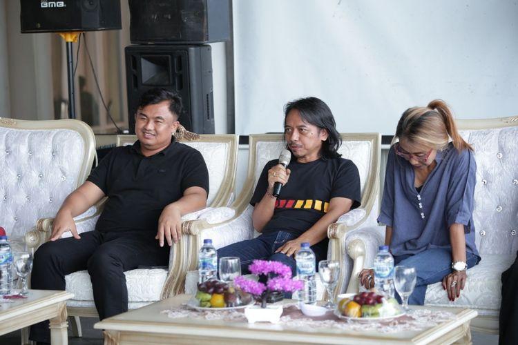 Bupati Sutan Riska didampingi Dewa Budjana dan Trie Utami memberikan penjelasan soal sound of Borobudur